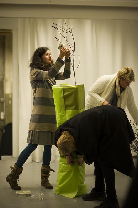 Joanna Mikulska monterer den første greina (foto: Christoffer Horsfjord Nilsen)